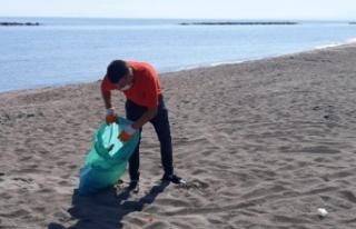 Karasu'da Sahil Temizlik Çalışmaları Rutin Olarak...