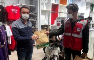Cadde esnafına Büyükşehir'den ücretsiz maske...