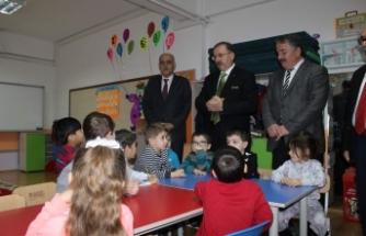 Başkan Karakullukçu, Çocukların karne heyecanına ortak oldu.