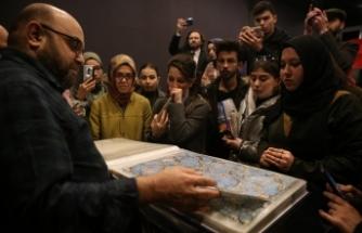Mustafa Düzgünman Ebru sanatını öğrencilerine aşılamıştır