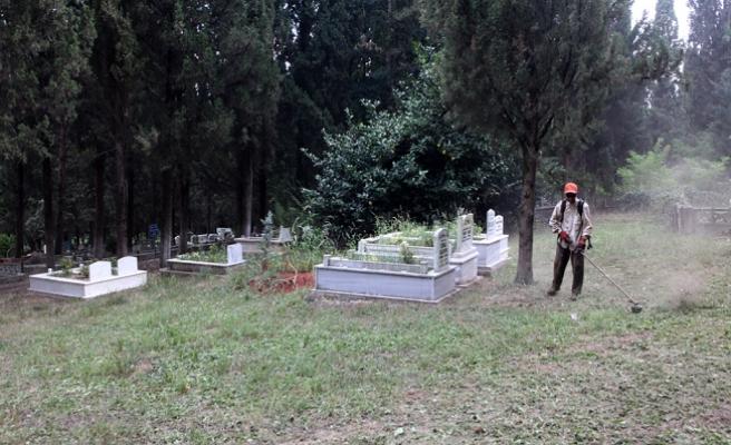 Mezarlıklar bayrama hazırlanıyor