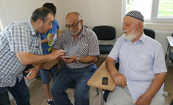 Yaşlılar akıllı telefon uygulamalarıyla tanışıyor