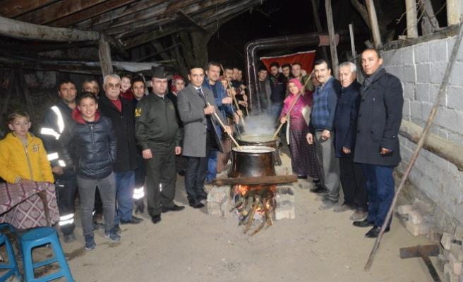 Köylüler Mehmetçiğe Dualarla Şifalı Uğut Hazırlıyorlar