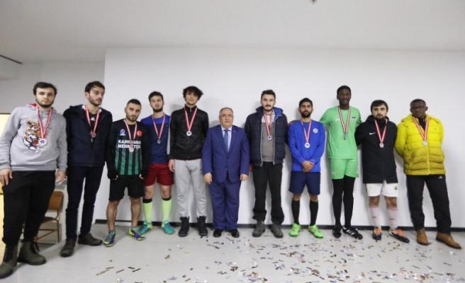 KYK'lı Gençler Kupalarını Vali NAYİR'den aldı