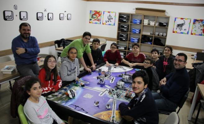 Robotik ve Kodlama Kulübü öğrencileri turnuvaya hazırlanıyor