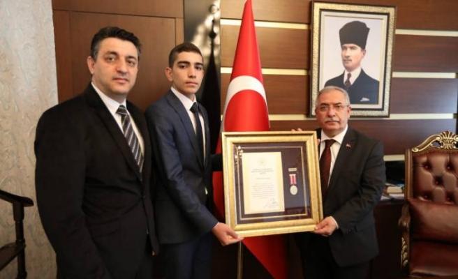 Vali Nayir 15 Temmuz Gazisine 'Devlet Övünç Madalyası ve Berat'ını Verdi