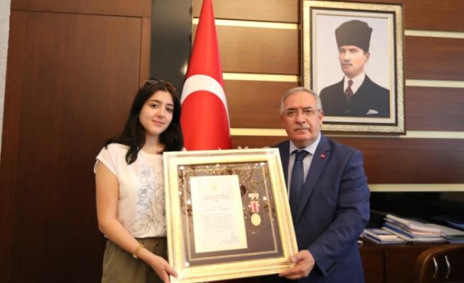 Şehit Albay'ın Devlet Övünç Madalyası ve Beratını Kızı Aldı
