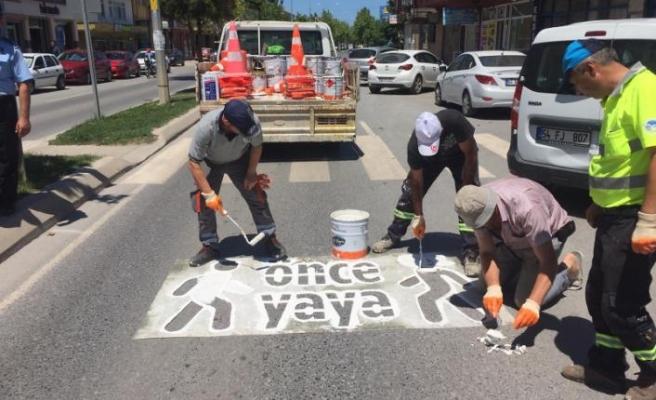 """Karasu Belediyesi Ekipleri Tarafından """"Önce Yaya"""" Görselleri Çiziliyor"""