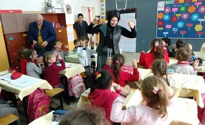 Fazilet Durmuş minik öğrencilerle şarkı söyledi