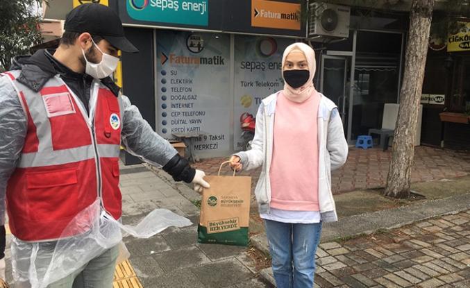 Maske ve dezenfektan dağıtımı Serdivan'da devam ediyor