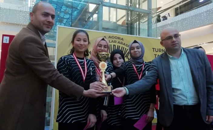 Taraklı Ortaokulu kız takımı birinci oldu