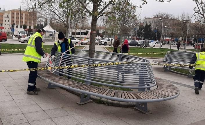 Oturma bankları şeritlerle kapatılıyor